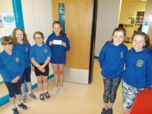 Bocombra PS pupils with cheque